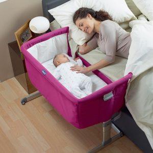 Culla adiacente al letto con mamma e neonato